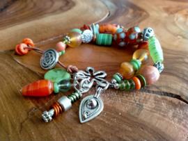 Handgemaakte armband in groen/oranje met bloemsluiting