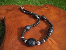 Ketting van lava- en keramieke kralen