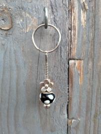 Zwart met witte stip p-style sleutelhangertje aan RVS Pandora sleutelring