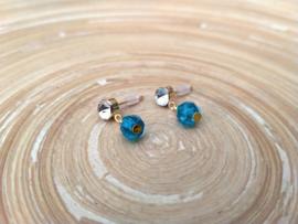 Goudkleurige strass oorstekers met kobalt blauwe glas bicones