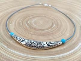 Blauwe spangketting met Tibetaans zilver ornament.