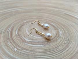 Korte zoetwaterparel oorbellen in goudkleur