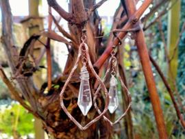 Bronkleurige crinkle aluwire oorbellen met lange glasdruppels
