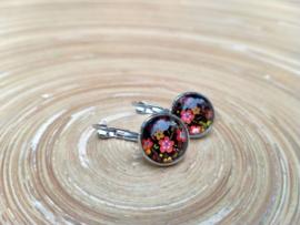 Zwarte oorbellen met klikhaakjes en bloemen  in de cabochons
