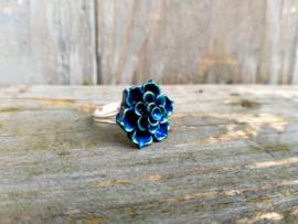 Zilverkleurige ring met diepblauw/groene cabochon. Maat 17