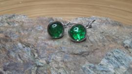 Korte groene strass oorbellen op ornament