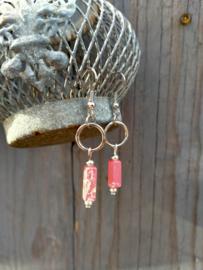 Keramieke oorbellen in rood en grote zilverkleurige metallook ringen