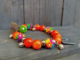 Armband met neon oranje houten kralen