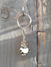 Wit met zwart p-style sleutelhangertje aan RVS Pandora sleutelring