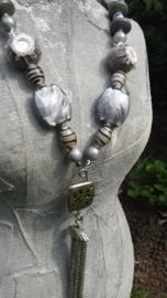 Lange zilver/grijze ketting met vilten spiegelkraaltjes
