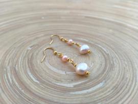 Zalmkleurige oorbellen van zoetwaterparels in goudtint