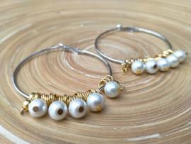 Zilver- en goudkleurige creolen met roomwitte glasparels