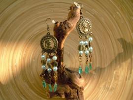 Handgemaakte groene oorbellen in bronskleur van Atelier Hobbekol