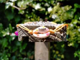 Dubbel oranje enkelbandje met beschilderd kauri schelpje 'hope'.