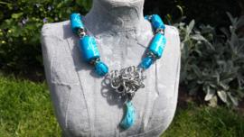 Blauwe ketting met bonekralen