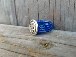 Koningsblauwe wire ring. Maat 18