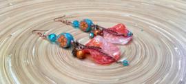Turquoise/oranje oorbellen met fimo bloemkralen