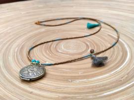 Goudkleurige ketting met bronskleurig filigraan medaillon