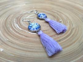 Lavendel oorbellen met kwastjes en bloemen in cabochon