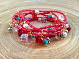 Rode wikkelarmband van gevlochten imitatie leer. 5 windingen