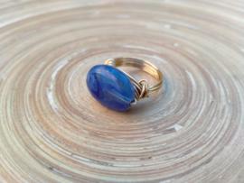 Goudkleurige wire ring met diepblauwe acryl kraal. Maat 18.5