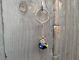 Zwart met geel en blauwe p-style sleutelhangertje aan RVS Pandora sleutelring