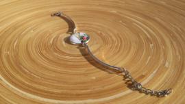 Bangle armbandje met kettinkje en bruine torso afbeelding