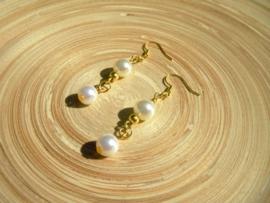 Goudkleurige acryl parel oorbellen