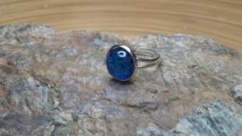 Donkerblauwe strass ring. Verstelbaar