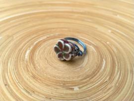 Wire ring met een blauwe bloemkraal van keramiek. Maat 17