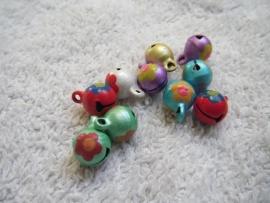 5 gekleurde metalen belletjes met bloemmotief