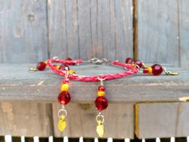 Rood enkelbandje van gevlochten imitatie rondleer