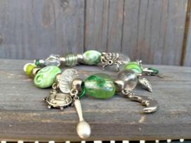 Zacht groene armband van glaskralen.