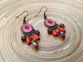 Bohemian style oorbellen in mat rood met facet geslepen glasdruppels