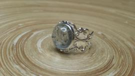 Zilverkleurige filigraan strass ring. Verstelbaar