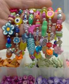 Armbandjes in verschillende kleuren en materialen op elastiek