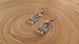 Bewerkte oorbellen met facet geslepen glaskraaltjes en DQ glans