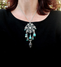 Korte ketting met ornament in turquoise en zwart aan fijn jasseron
