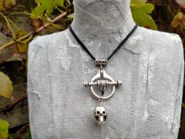 Suede herenketting met skull aan occulte hanger