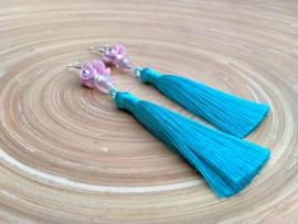 Lange blauwe oorbellen met roze bloemkapjes