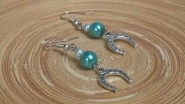 Turquoise glasparel oorbellen met hoefijzer bedeltjes. In verschillende kleuren leverbaar!