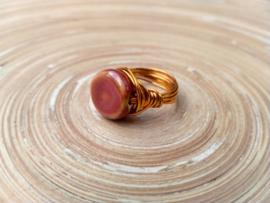 Koperkleurige ring met  een kraal van keramiek. Maat 16.5