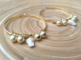 Goudkleurige creolen met barokparels en glasparels