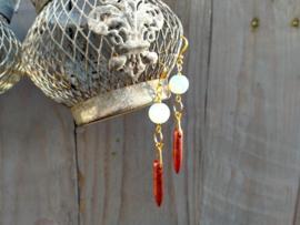 Opaliet oorbellen met goudsteen hangers