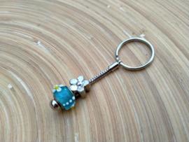 Turquoise p-style sleutelhangertje aan RVS Pandora sleutelring