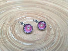 Oorbellen met klikhaakjes en roze/lila mandala in de cabochons