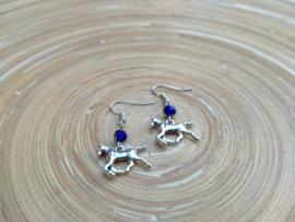 Paarden oorbellen met donkerblauwe facet geslepen glas bicones