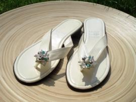 Witte slippers met blauwe facet kraal Maat 39