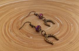 Oorbellen dieppaars/aubergine met bronskleurige hoefijzer bedeltjes