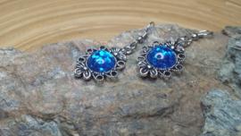 Blauwe strass oorbellen op een bloemen ornament